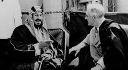 الصورة للرئيس الأمريكي روزفلت مع عبدالعزيز بن سعود أثناء ذلك اللقاء .