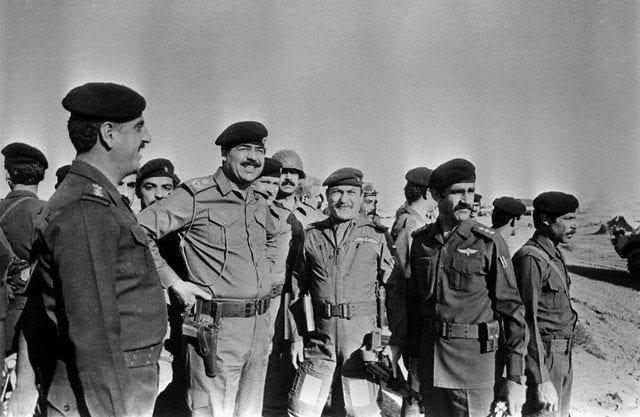 صورة-صدام-في-ميدان-المعركة-في-الحرب-العراقية-الايرانية