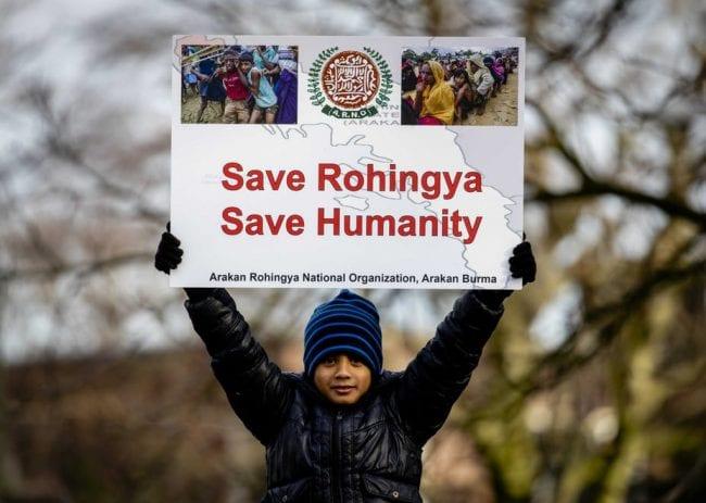 صورة لُمشارك في احتجاجات العاشر من ديسمبر 2019 بهولندا، المُساندة للروهينغيا