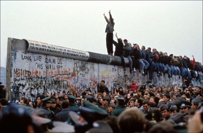 احتشاد الجماهير الألمانية أثناء إسقاط جدار برلين