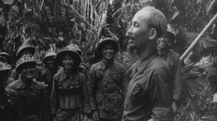 الزعيم الشيوعي هو شي منه مع جنوده