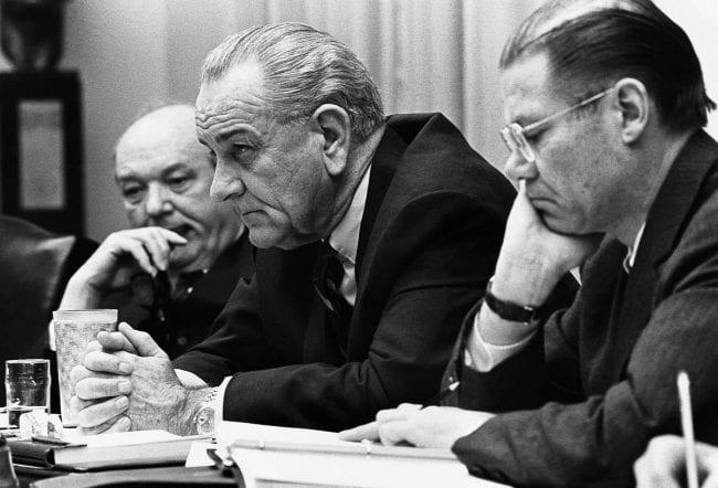 الرئيس الأمريكي جونسون في اجتماعٍ مع مستشاريه خلال هجوم تيت